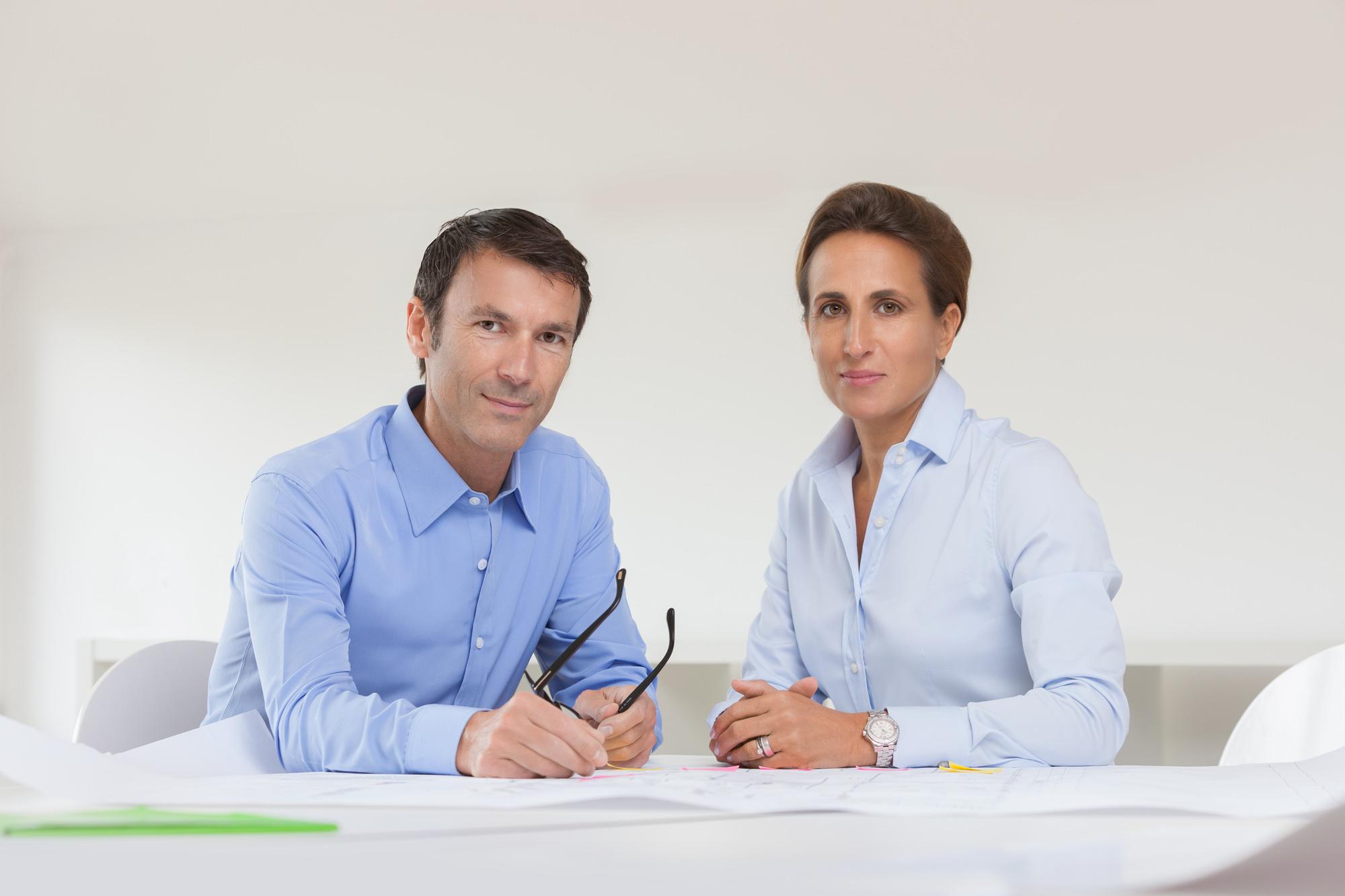 Nikolaus Gschlößl und Elvira Vogtherr am Besprechungstisch