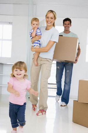 Familie beim Einzug in das neue Einfamilienhaus