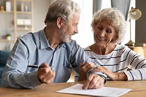 Seniorenpaar unterschreibt Vetrag
