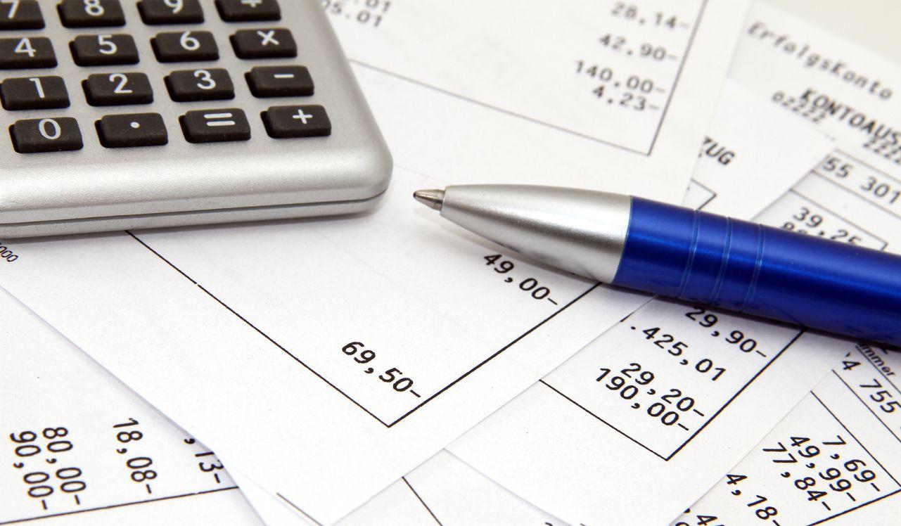 Berechnungsunterlagen mit Taschenrechner und Stift