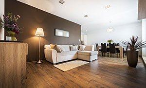 Modernes Wohnzimmer mit Küche