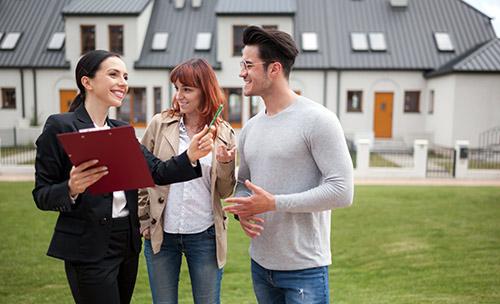 Paar kauft Haus