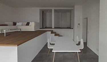 Moderner Wohnbereich mit Holzboden