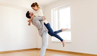 Glückliches Paar in neuer Wohnung
