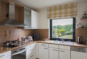 Gemütliche Küche mit Fenster