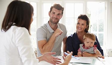 Junge Familie unterschreibt Vertrag im neuen Haus