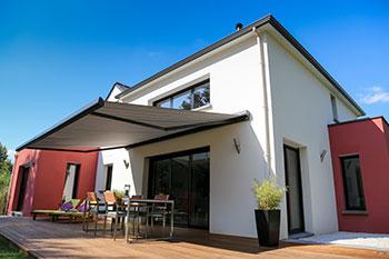 Freistehendes Haus mit Terrasse