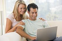 Frau und Mann vor Laptop