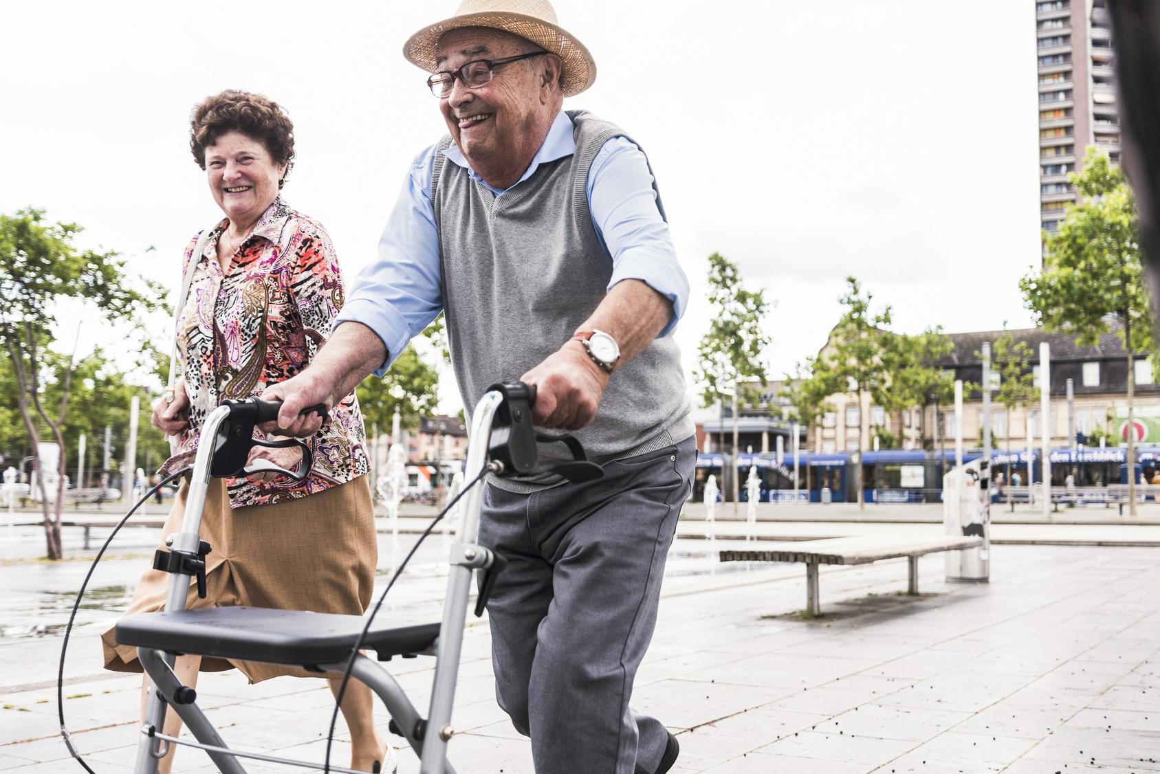 Zwei lachende Senioren in der Stadt