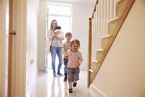 Junge Familie im neuen Haus