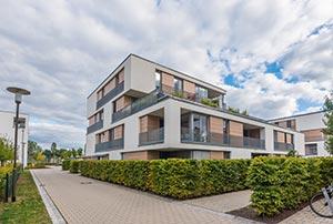Modernes Mehrfamilienhaus im Grünen